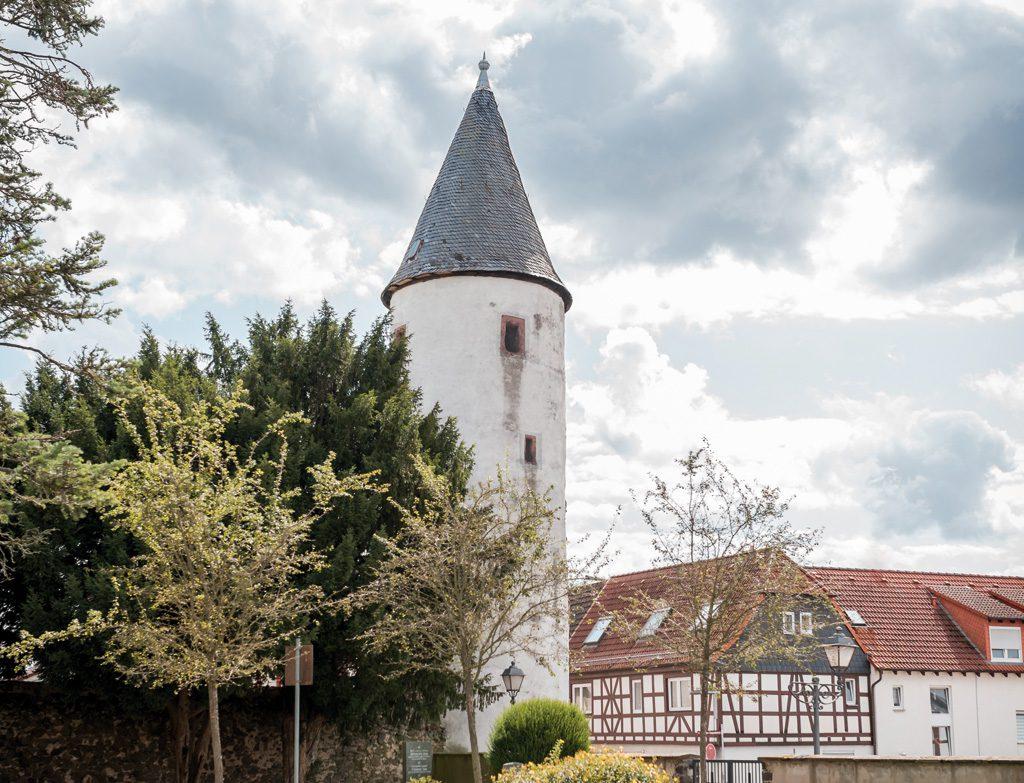 Blick auf die Inenstadt von Hammersbach, mit Fachwerkhäusern und Turm
